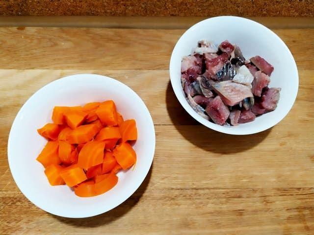 Нарезаем морковь и селедку