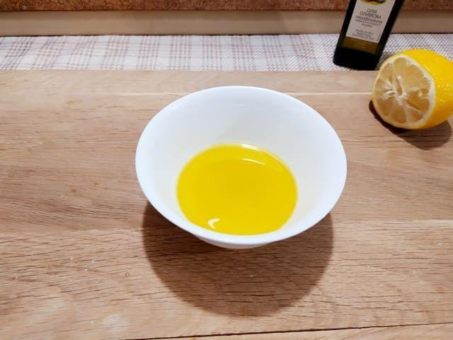 Смешиваем масло и лимонный сок