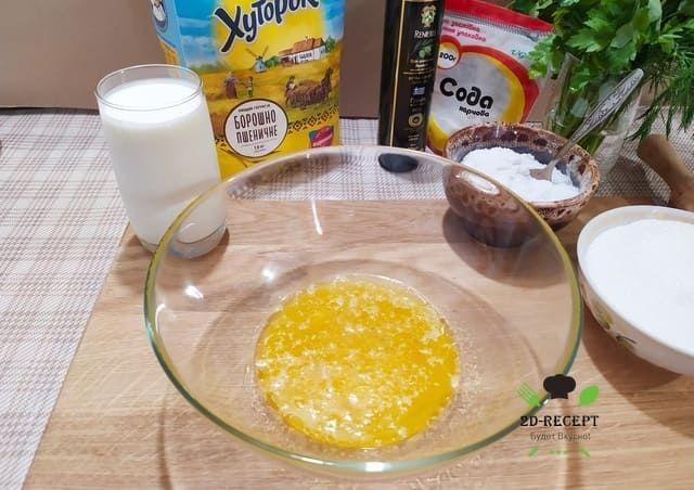 Разбиваем яйцо, добавляем масло, соль, сахар