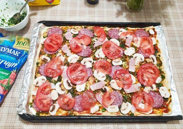 Выкладываем начинку для пиццы