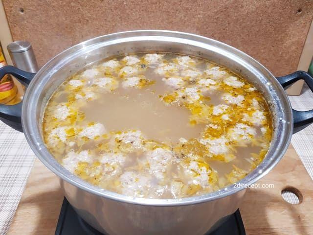 Добавляем специи в суп