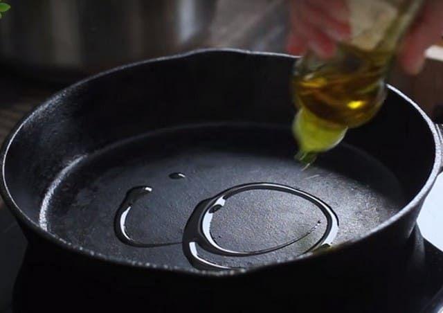 Наливаем оливковое масло