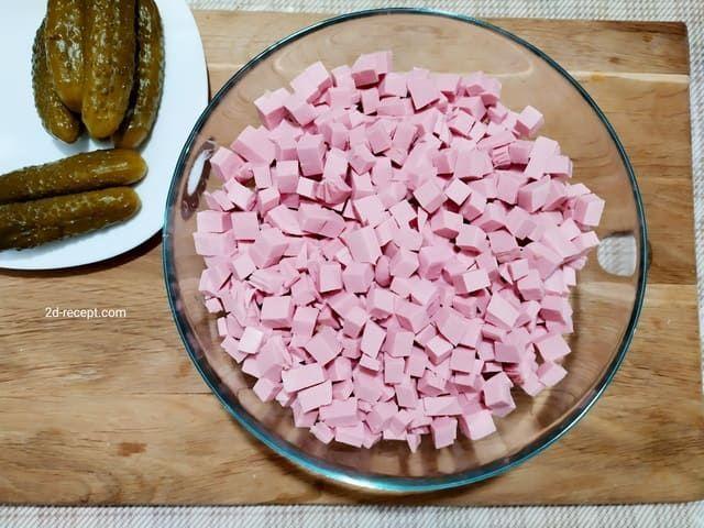 Нарезаем колбасу для оливье