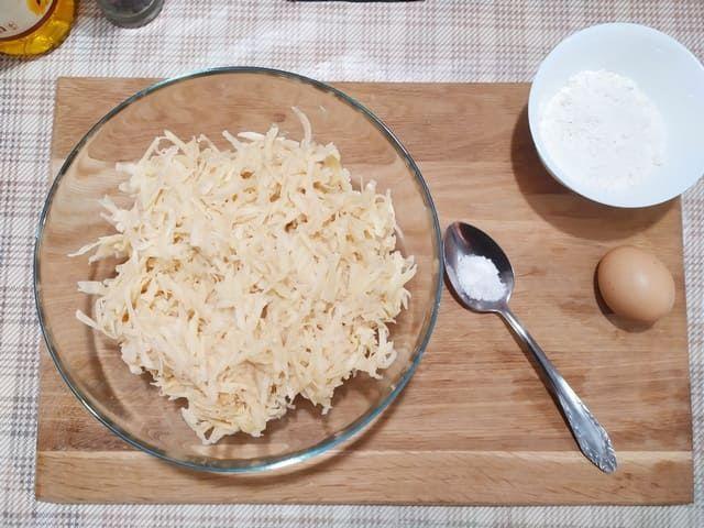 Натираем картошку на крупной терке