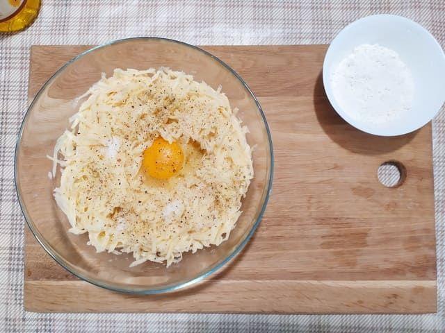 Добавляем яйцо в картофельную массу