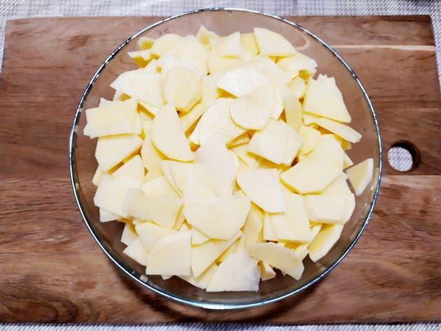 Режем картошку для запеканки
