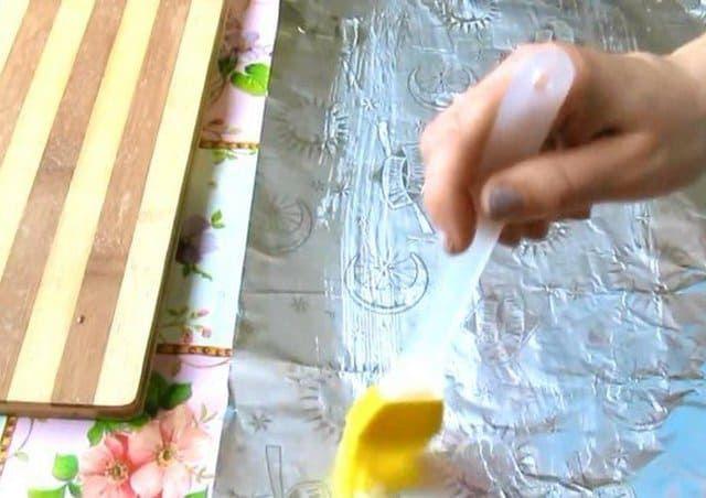 Смазать фольгу маслом