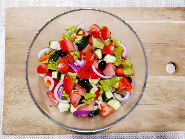 Заправляем греческий салат