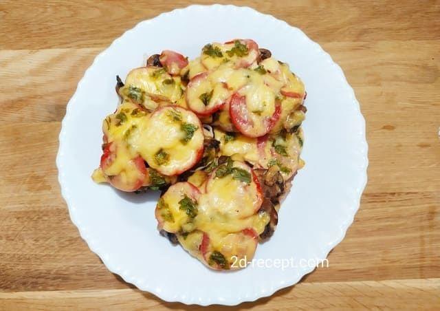 Мясо по-французски с грибами и помидорами
