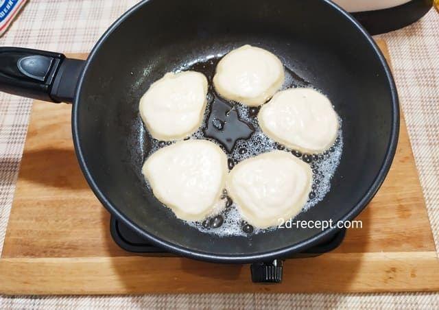 Выкладываем тесто на сковороду