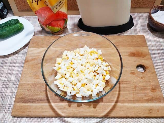 Яйца для салата с крабовыми палочками