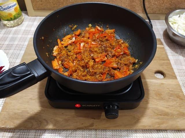 Зажарка с луком, морковкой и болгарским перцем на сковороде на плите