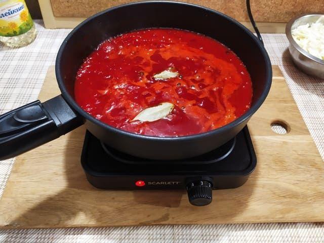 Зажарка с томатным соком для борща на сковороде