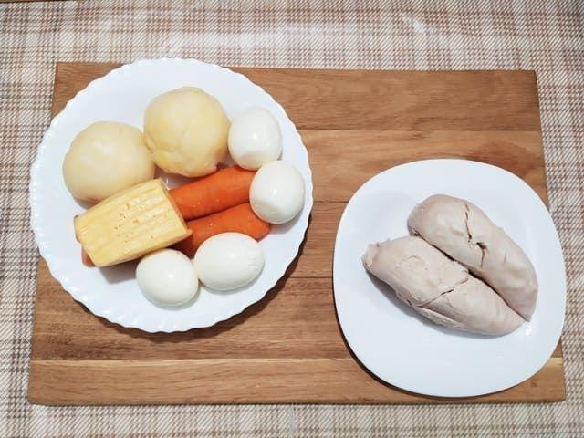 Отвариваем куриное филе, яйца и овощи