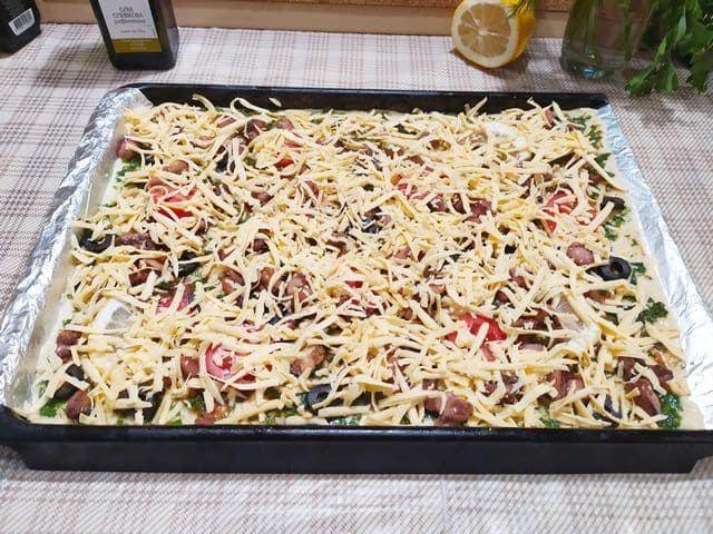 Посыпаем пиццу сыром