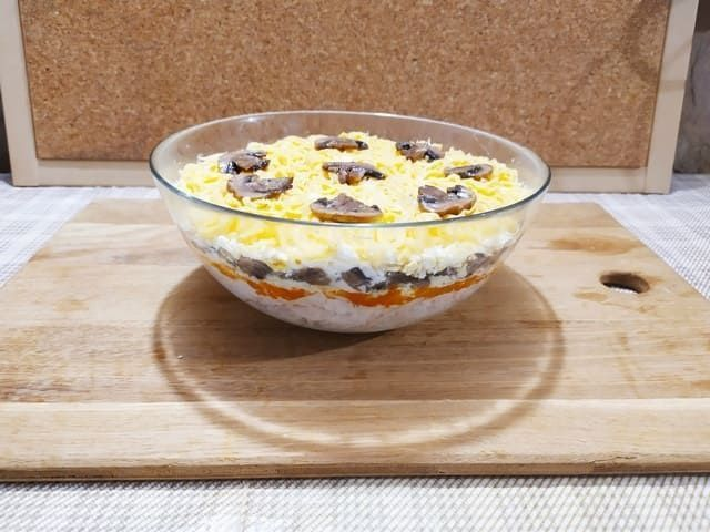 Салат с курицей, грибами и сыром