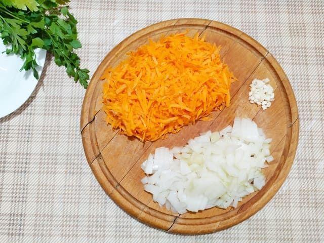 Трем морковь, режем лук и чеснок