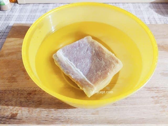 Вымачиваем свинину для бастурмы