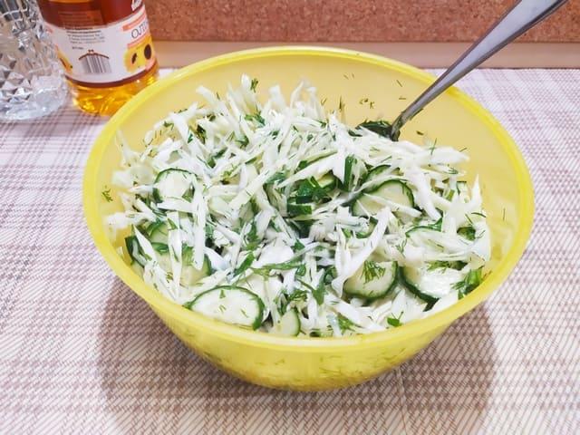 Заправляем салат с капустой и огурцом