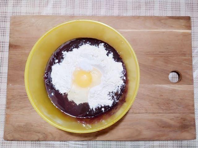 Добавляем в фарш яйцо, муку и соль