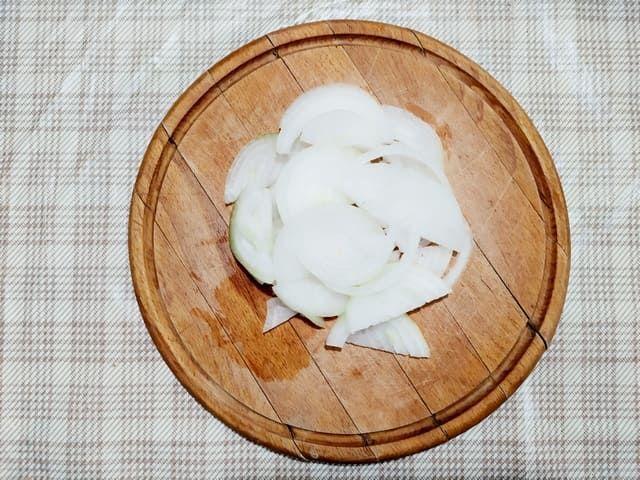 Нарезанный полукольцами лук и рубленый чеснок