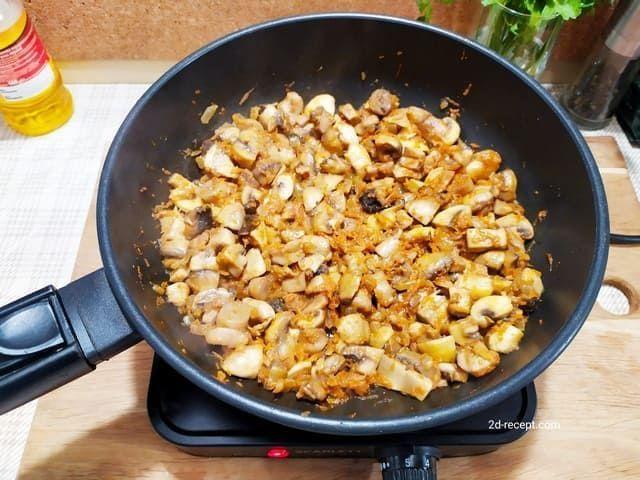 Обжариваем грибы для супа