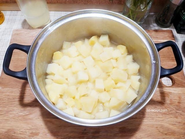 Вареный картофель для грибного супа