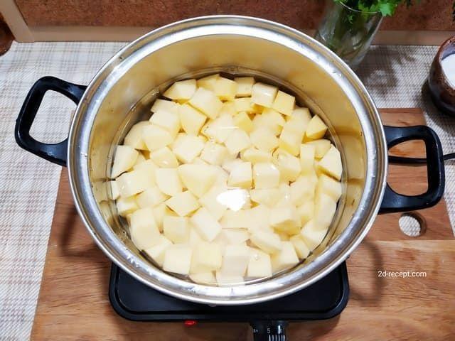 Варим картошку для грибного супа-пюре