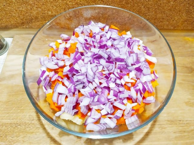 Лук для винегрета с морковью в тарелке