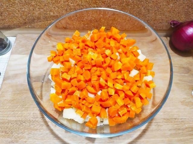 Морковь нарезанная в миске