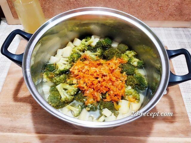 Отправляем зажарку в суп из брокколи