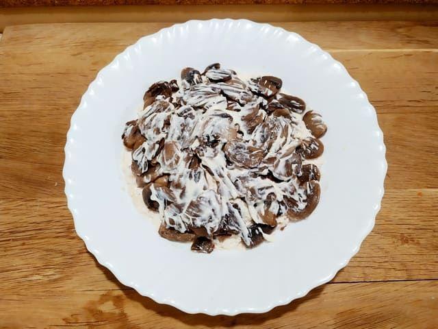 Слой грибов в салате Подсолнух
