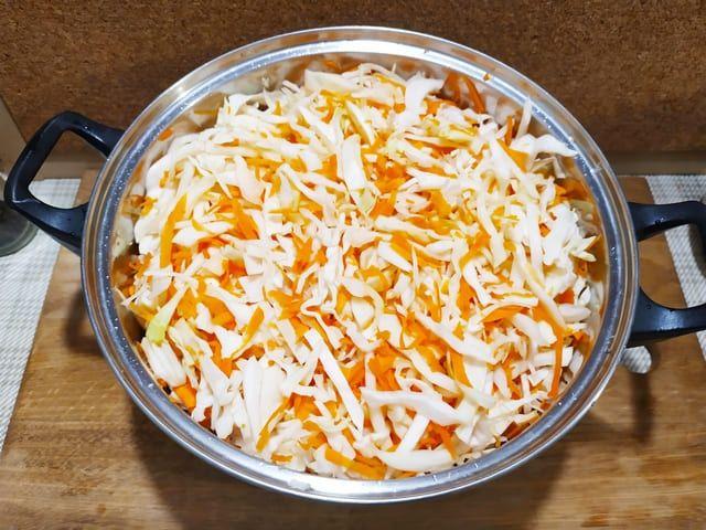 Смешиваем морковку и капусту
