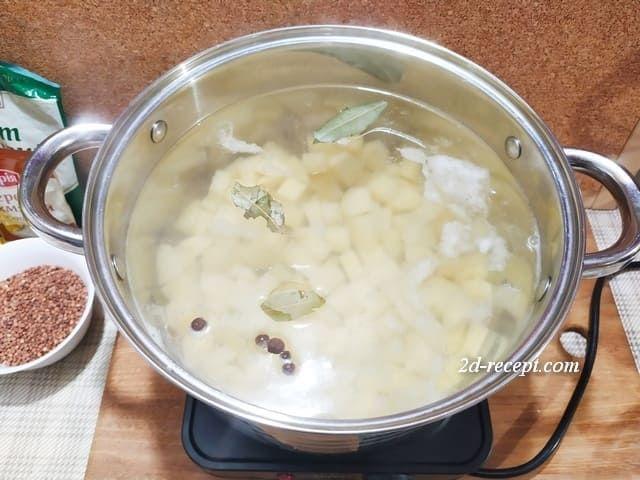 Отвариваем картошку для супа