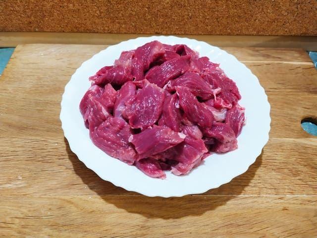 Режем говядину для гуляша