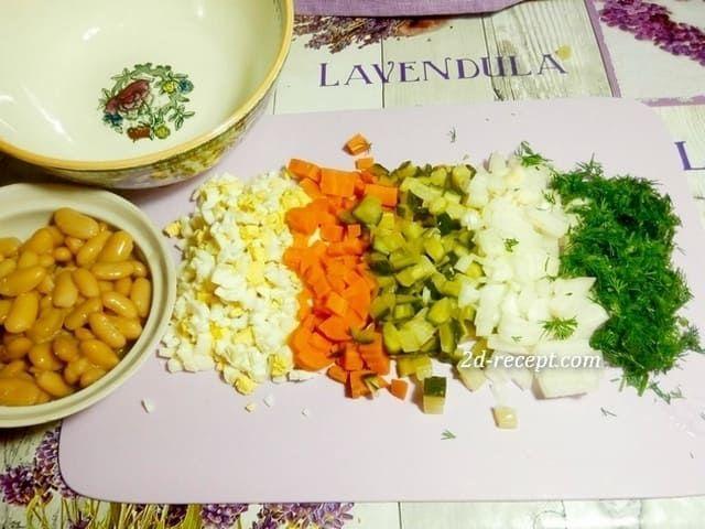 Фасоль белая, нарезанные яйца, морковка, огурцы, лук и зелень