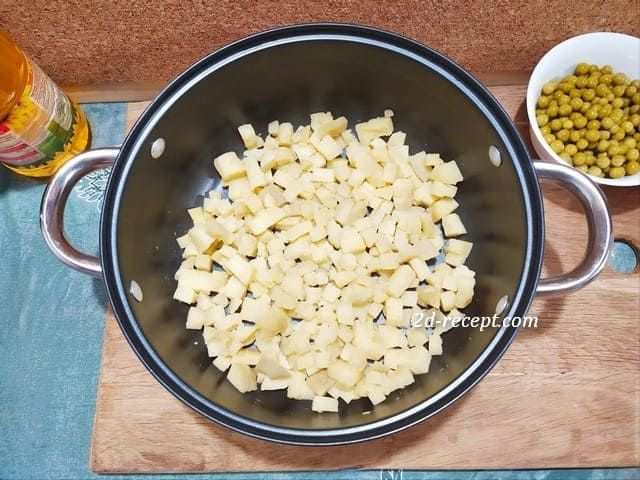 Нарезанный картофель для винегрета в кастрюле