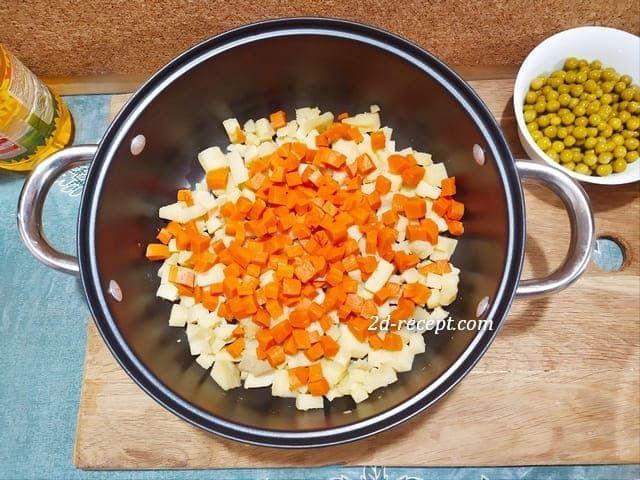 Нарезанная вареная морковь с картофелем в кастрюле