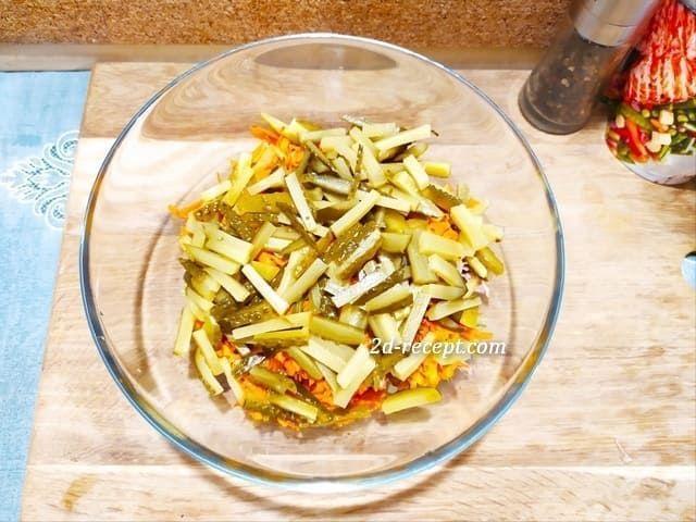 Режем огурцы для салата