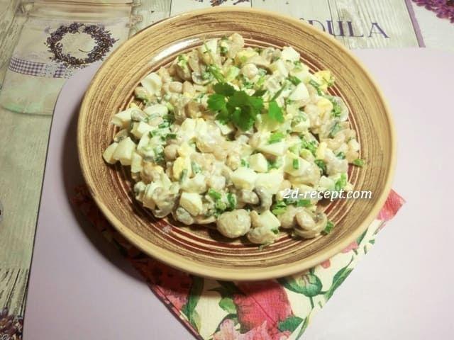 Салат из консервированной фасоли с грибами