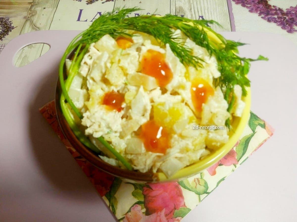 Салат с курицей, ананасами и картофелем