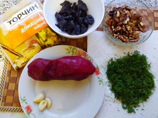 Продукты для закуски с черносливом