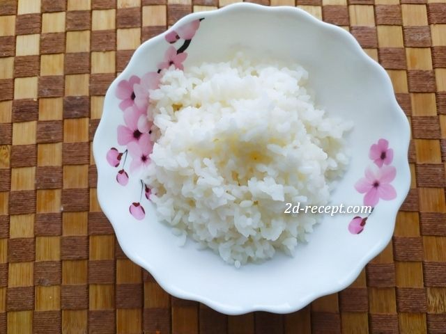 Рис для запеченных тефтелей на тарелке
