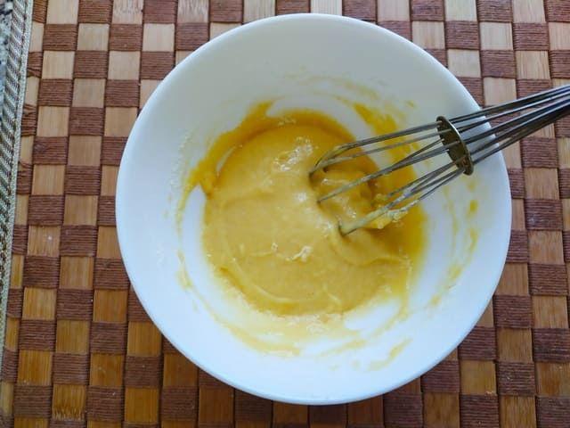 Тесто для клецек в тарелке с венчиком