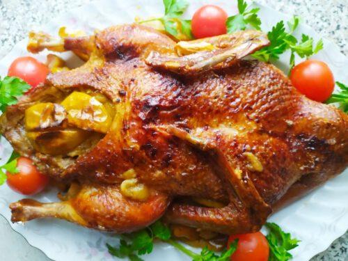 Утка с яблоками на блюде со сливовыми помидорами и петрушкой