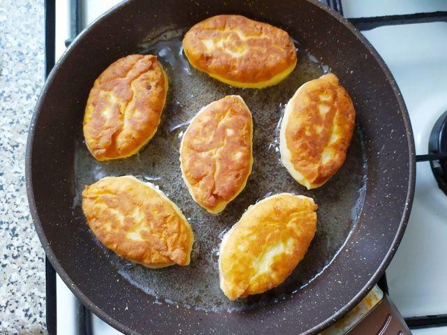 Пирожки из творожного теста на сковороде