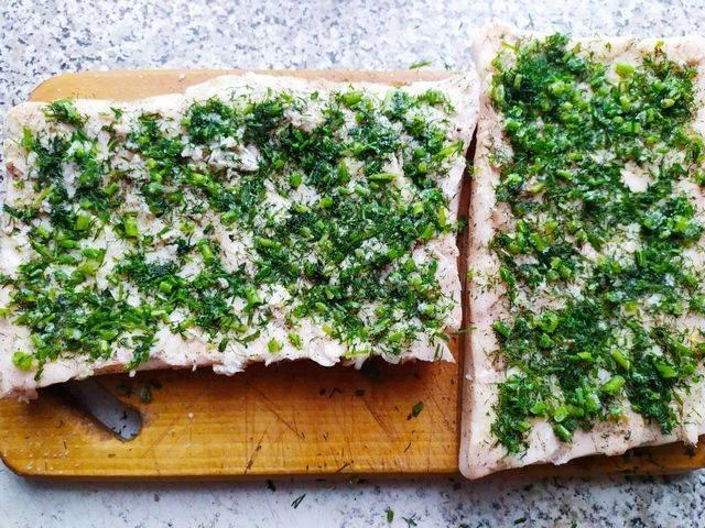 Выкладываем слой зелени на сало