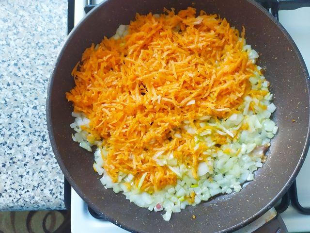 Обжариваем лук с морковью на сковороде