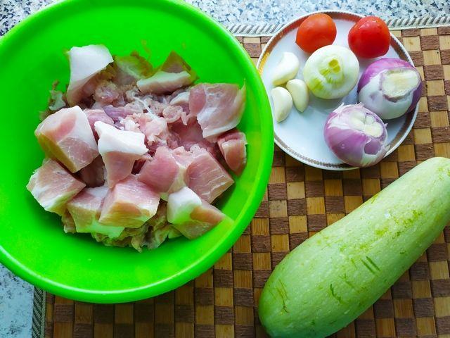 Продукты для тефтелей с кабачками: мясо, лук, чеснок, кабачок и помидоры