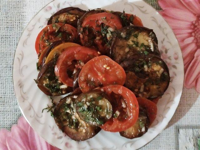 Баклажаны с малосольными помидорами